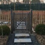 Clôture et porte d'accès à un potager
